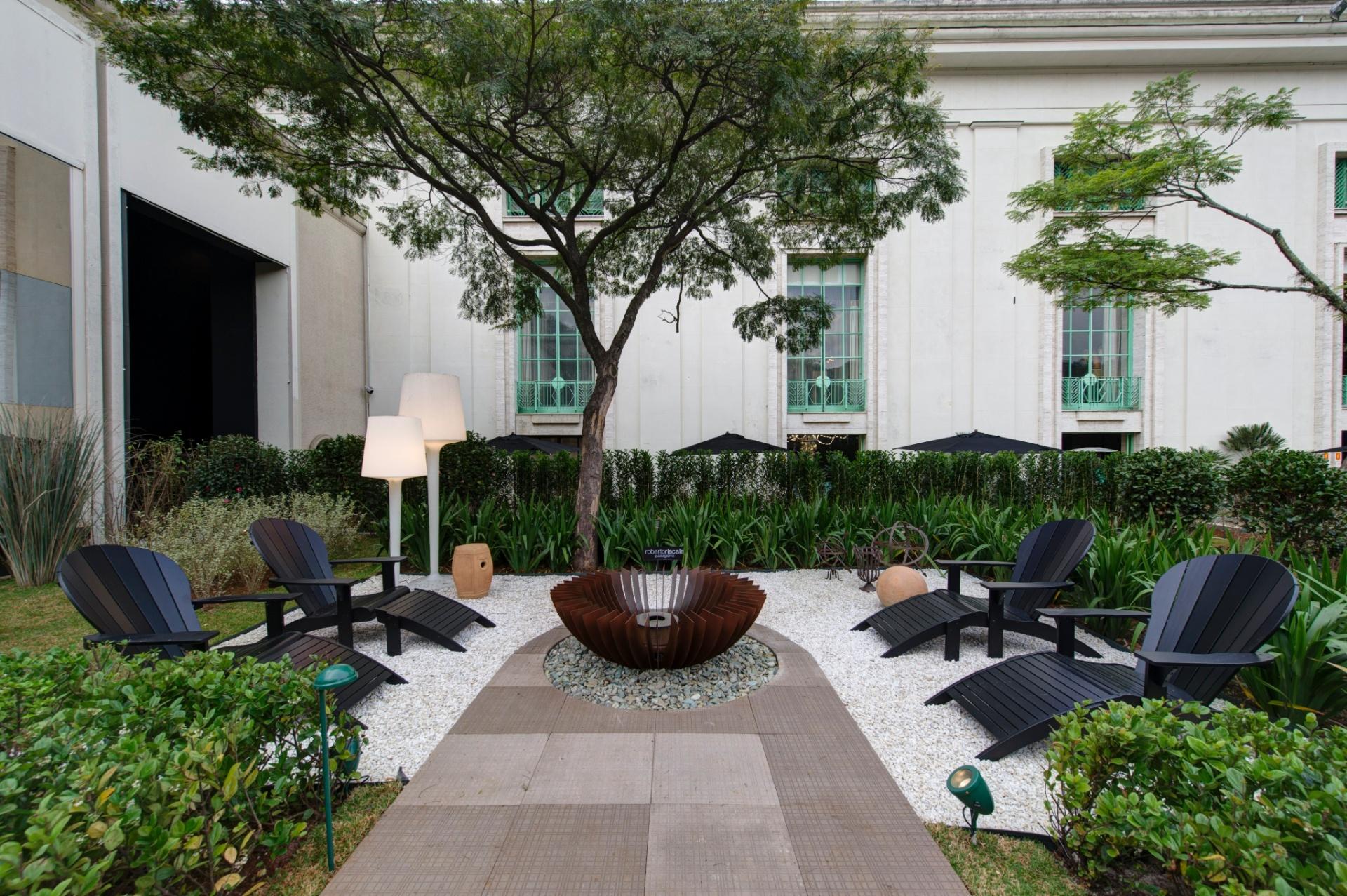 O Jardim das Casas, projeto paisagístico de 800 m², assinado por Roberto Riscala, conta com um fogo de chão (ao centro), rodeado por um piso antiderrapante que dispensa o uso de rejunte. A 27ª Casa Cor SP segue até dia 21 de julho de 2013, no Jockey Club de São Paulo