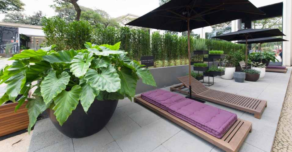Para o Jardim Itinerante, de 250 m², o arquiteto e paisagista Marcelo Bellotto espalhou espreguiçadeiras, criando um espaço de relaxamento. A 27ª Casa Cor SP segue até dia 21 de julho de 2013, no Jockey Club de São Paulo