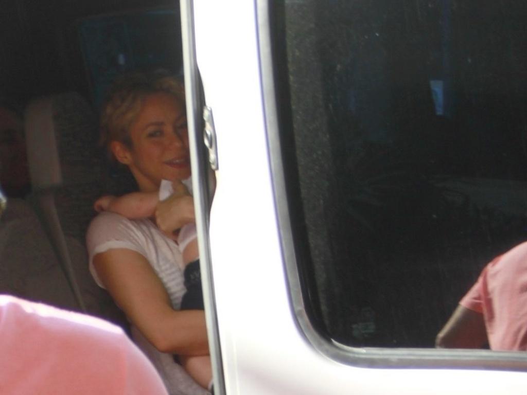 Shakira foi clicada com o filho, Milan, dentro de uma Van em Fortaleza