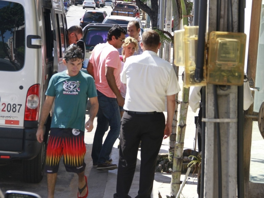 Shakira sai para almoçar em um restaurante de Fortaleza