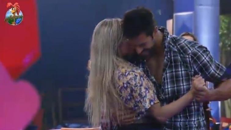 26.jun.2013 - Após dar um fora em Beto Malfacini, Aryane dança forró coladinha com o modelo