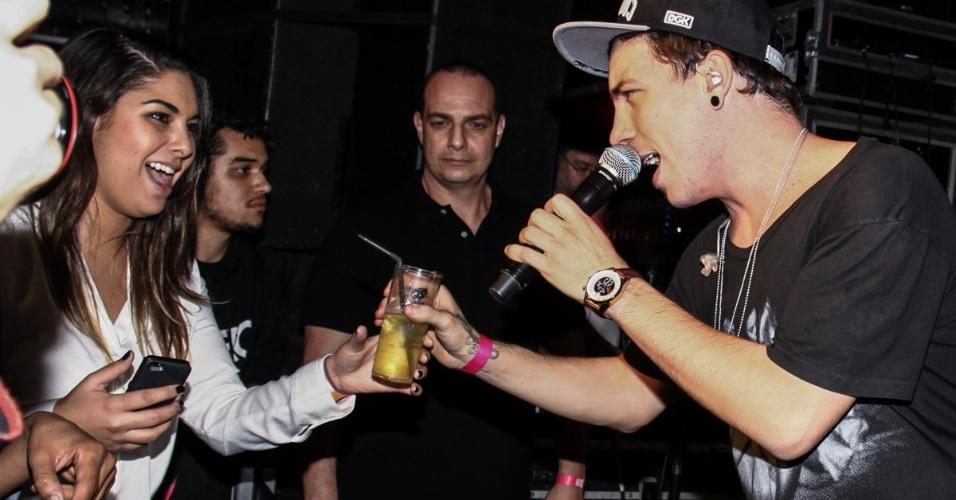 26.jun.2013 - Di Ferrero rouba bebida de convidada durante show na festa de aniversário de Marcos Mion em casa noturna de São Paulo