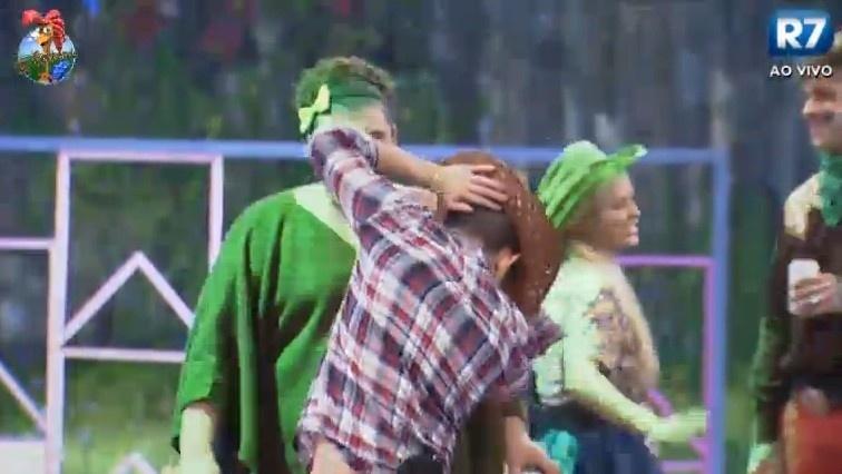 26.jun.2013 - Yudi ensina demais peões a dançar