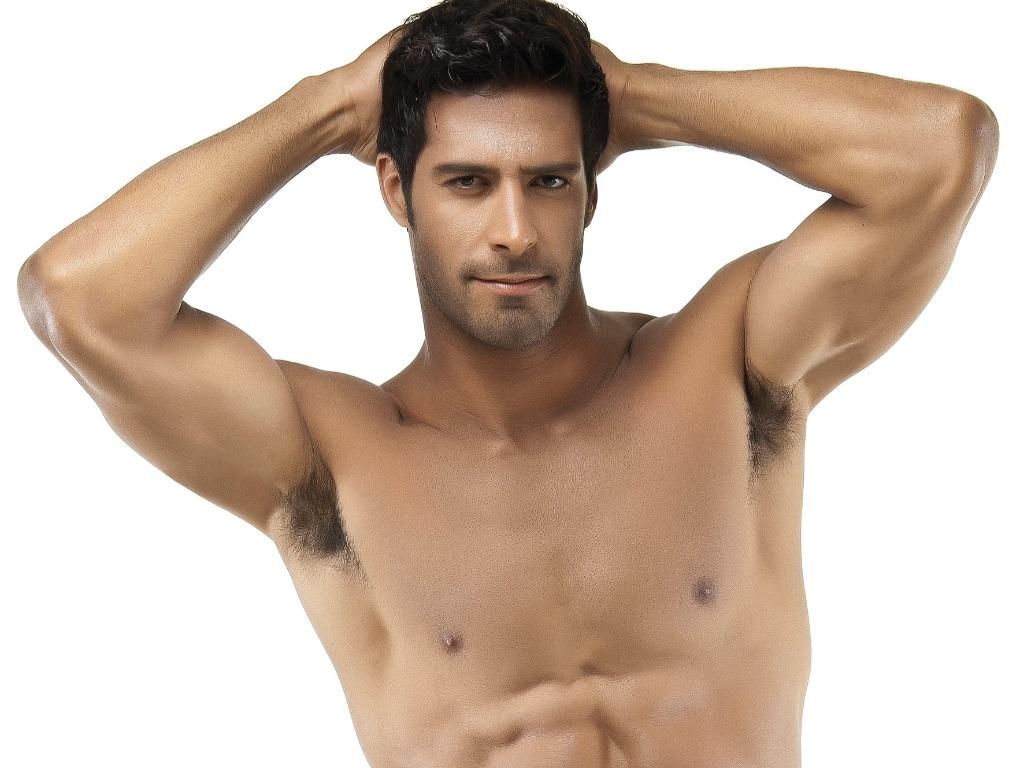 27.jun.2013 - Além de musculação, ele também mantém o corpo com artes marciais
