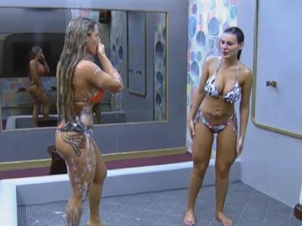 27.jun.2013 - Durante o banho, as duas mostraram suas tatuagens