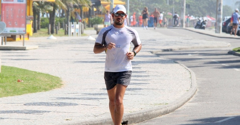 27.jun.2013 - Juliano Cazarré corre na orla da Barra da Tijuca