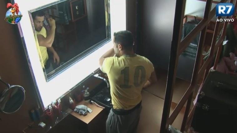 27.n.2013 - Marcos Oliver é o primeira peão a levar na manhã desta quinta-feira (27)