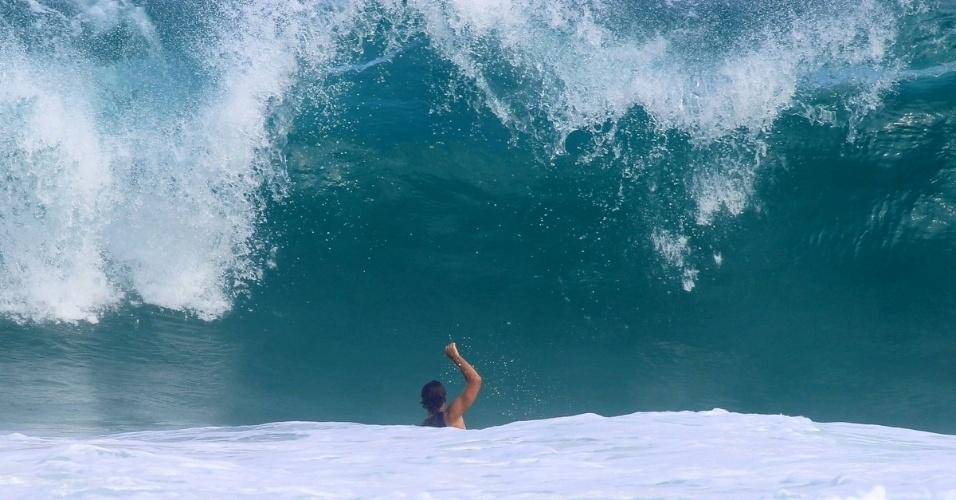 Cauã Reymond surfa na praia da Barra da Tijuca 1