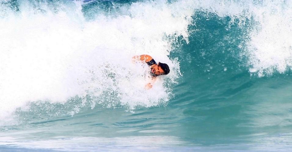 Cauã Reymond surfa na praia da Barra da Tijuca 5