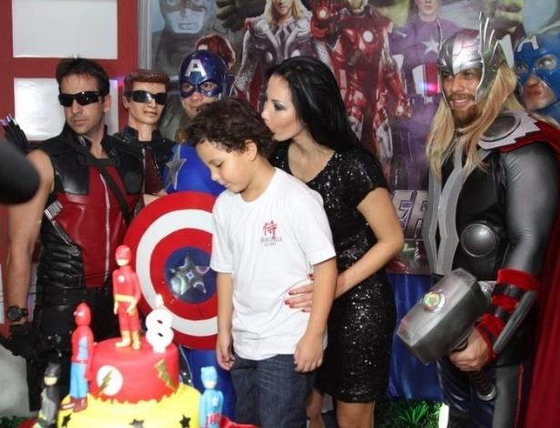 27.jun.2013 - Alex, filho do ex-jogador Ronaldo com Michele Umezu, recebe beijo da mãe em seu aniversário de oito anos em buffet na Barra da Tijuca, no Rio de Janeiro. A festa teve super-heróis como tema