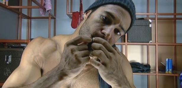 27.jun.2013 - Antes de dormir, o modelo Beto Malfacini espreme espinhas no banheiro da