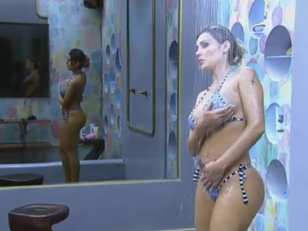 28.jun.2013 - Andressa Urach toma banho na tarde desta sexta-feira