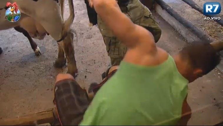 28.jun.2013 - Após ser derrubado, Marcos Oliver se levanta com ajuda do peão Beto Malfacini