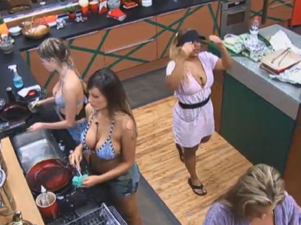 28.jun.2013 - Bárbara Evans e Andressa Urach lavam a louça enquanto Mulher Filé canta