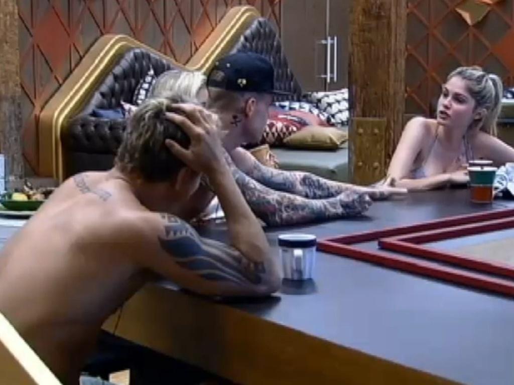 28.jun.2013 - Bárbara Evans reclama de dor e Mateus pergunta se a modelo quer um beijo para sarar