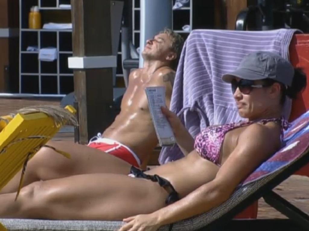 28.jun.2013 - Scheila Carvalho e Paulo Nunes aproveitam a piscina na tarde desta sexta