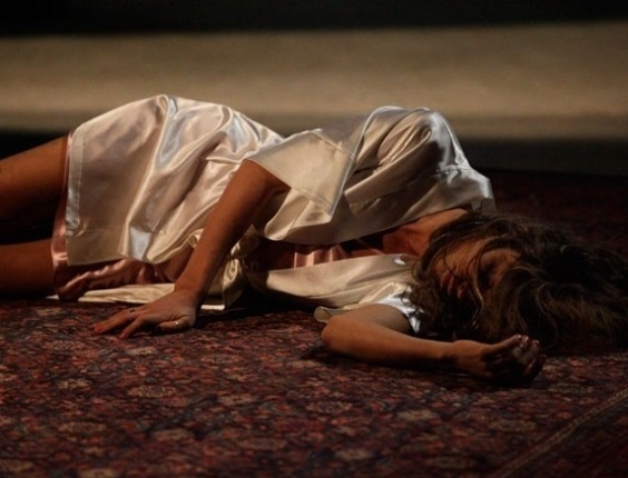 """Em """"Flor do Caribe"""", Ester desmaia após ser trancada em bunker por Alberto"""