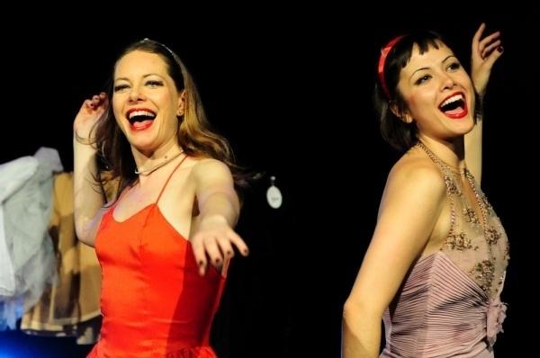 """Maria Casadevall faz parte da companhia de teatro Os Satyros. Na foto ela aparece ao lado de Cléo De Páris na peça """"A Nossa Gata Preta e Branca"""""""