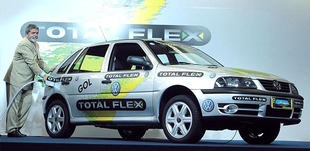 """2003: o então presidente Lula """"abastece"""" o Gol Total Flex, que ficou marcado como o 1º bicombustível"""