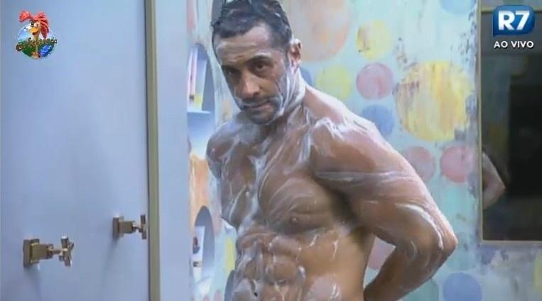 28.jun.2013 - Após vencer prova da chave, Marcos Oliver toma banho na sede da