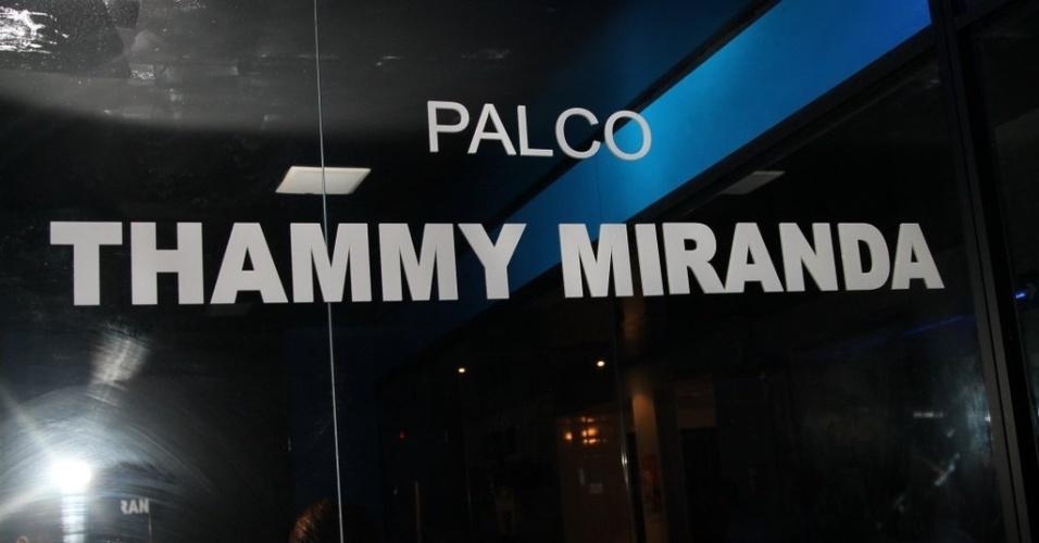 28.jun.2013 - Fachada da sala com o nome de Thammy