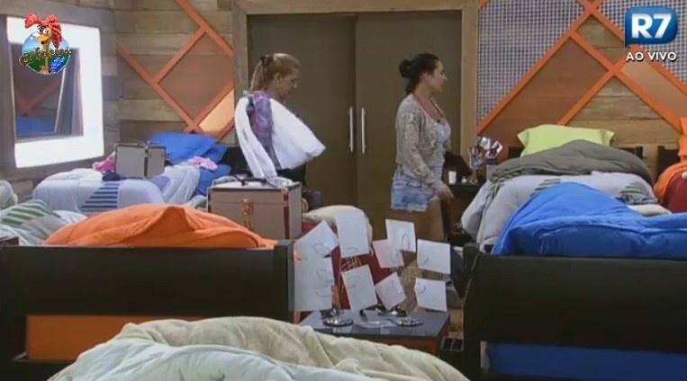 28.jun.2013 - Rita Cadillac e Scheila Carvalho procuram por Yudi
