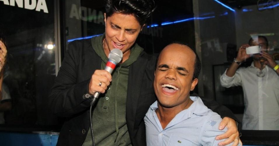 28.jun.2013 - Thammy canta com o anão Marquinhos