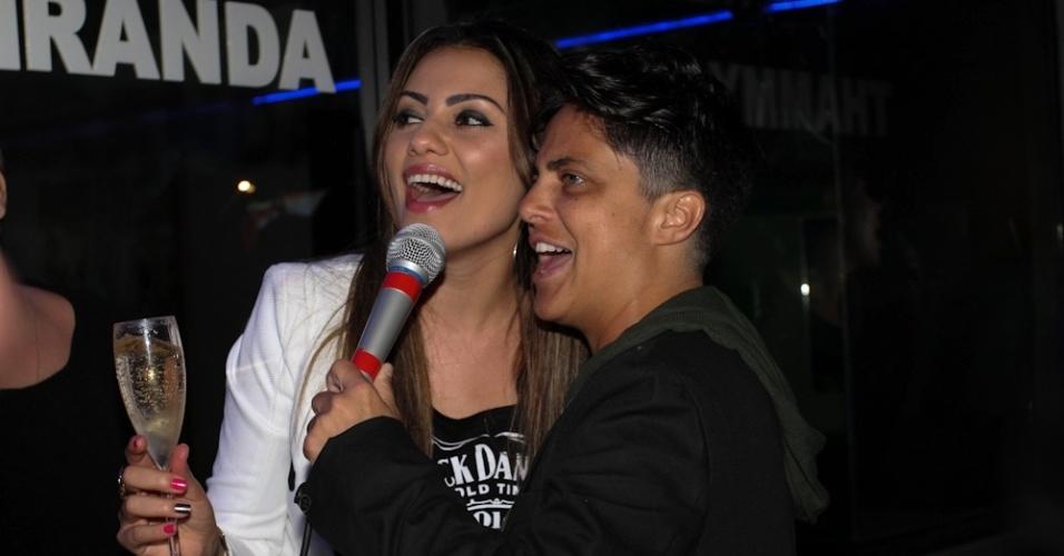28.jun.2013 - Thammy Gretchen canta com sua ex-namorada Linda Barbosa na inauguração de sua sala no karaokê Coconut, em São Paulo