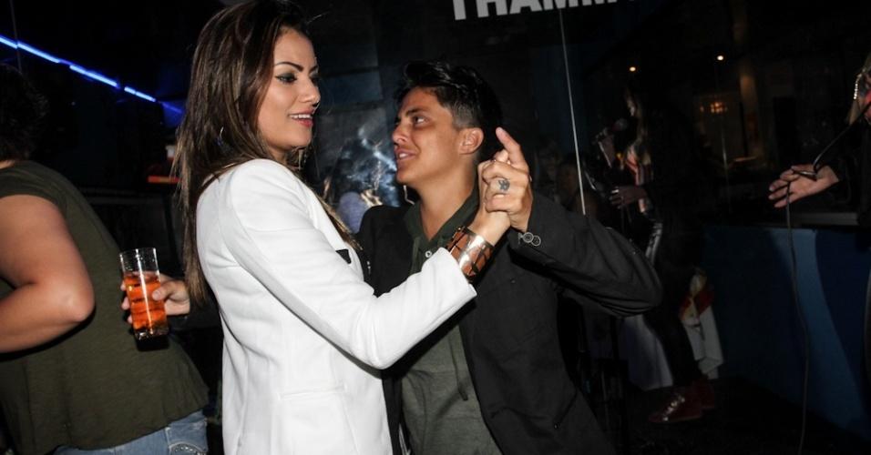 28.jun.2013 - Thammy Gretchen dança com sua ex-namorada Linda Barbosa na inauguração de sua sala no karaokê Coconut, em São Paulo