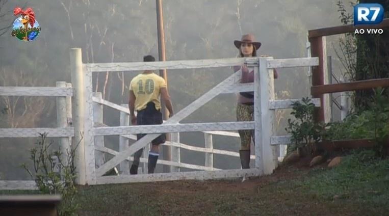 29.jun.013 - A modelo Andressa Urach se junta a Marcos Oliver nas tarefas com os animais