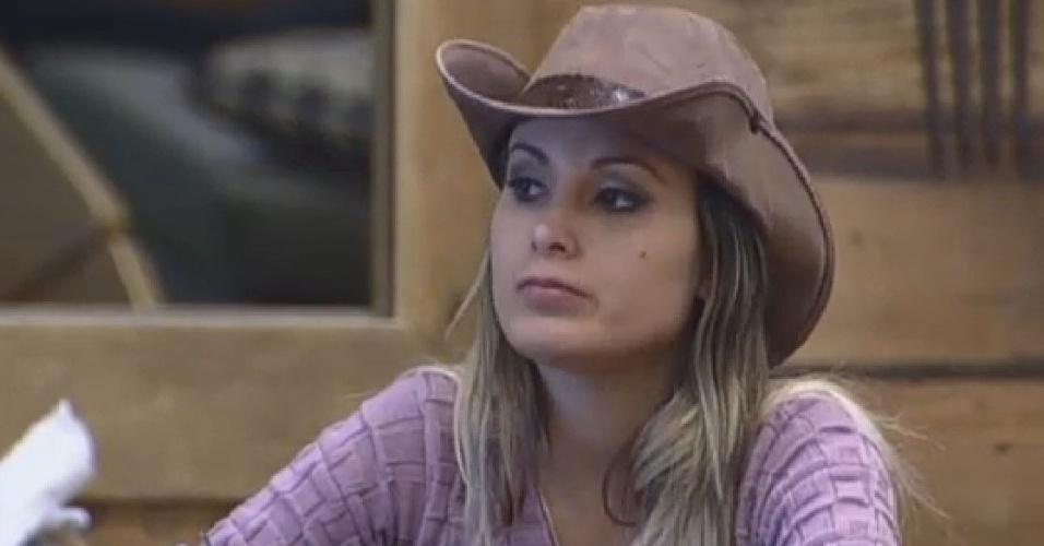 29.jun.2013 - Andressa Urach reclama de falta de ajuda na arrumação da cozinha