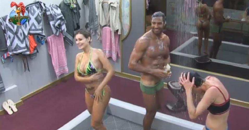 29.jun.2013 - Beto Malfacini mostra marca de sunguinha em banho com Andressa Urach e Lu Schievano