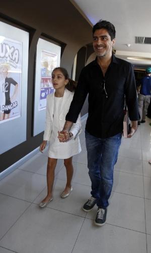 29.jun.2013 - Junno Andrade, chega com a filha para o lançamento do DVD da namorada, Xuxa, no Rio