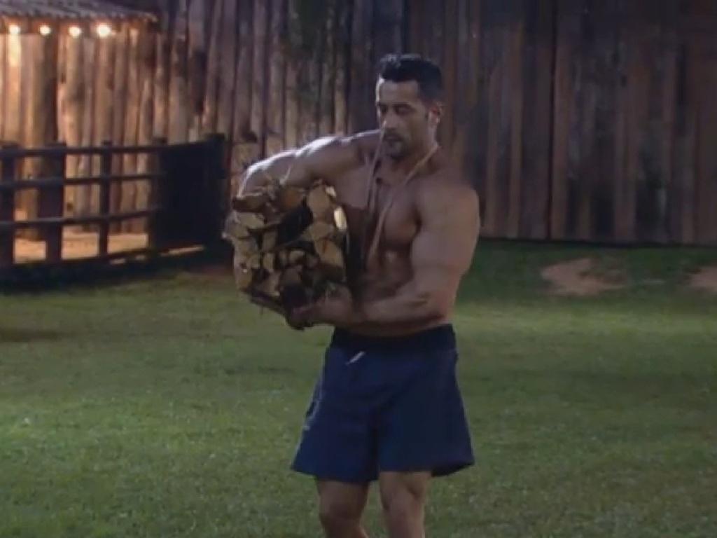29.jun.2013 - Marcos Oliver aproveita o fim de tarde para cortar lenha e exibir os seus músculos