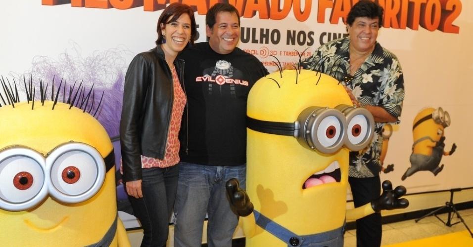 """29.jun.2013 -  Maria Clara Gueiros, Leandro Hassum e Sidney Magal, posam para fotos na pré-estreia de """"Meu Malvado Favorito 2"""", em São Paulo"""