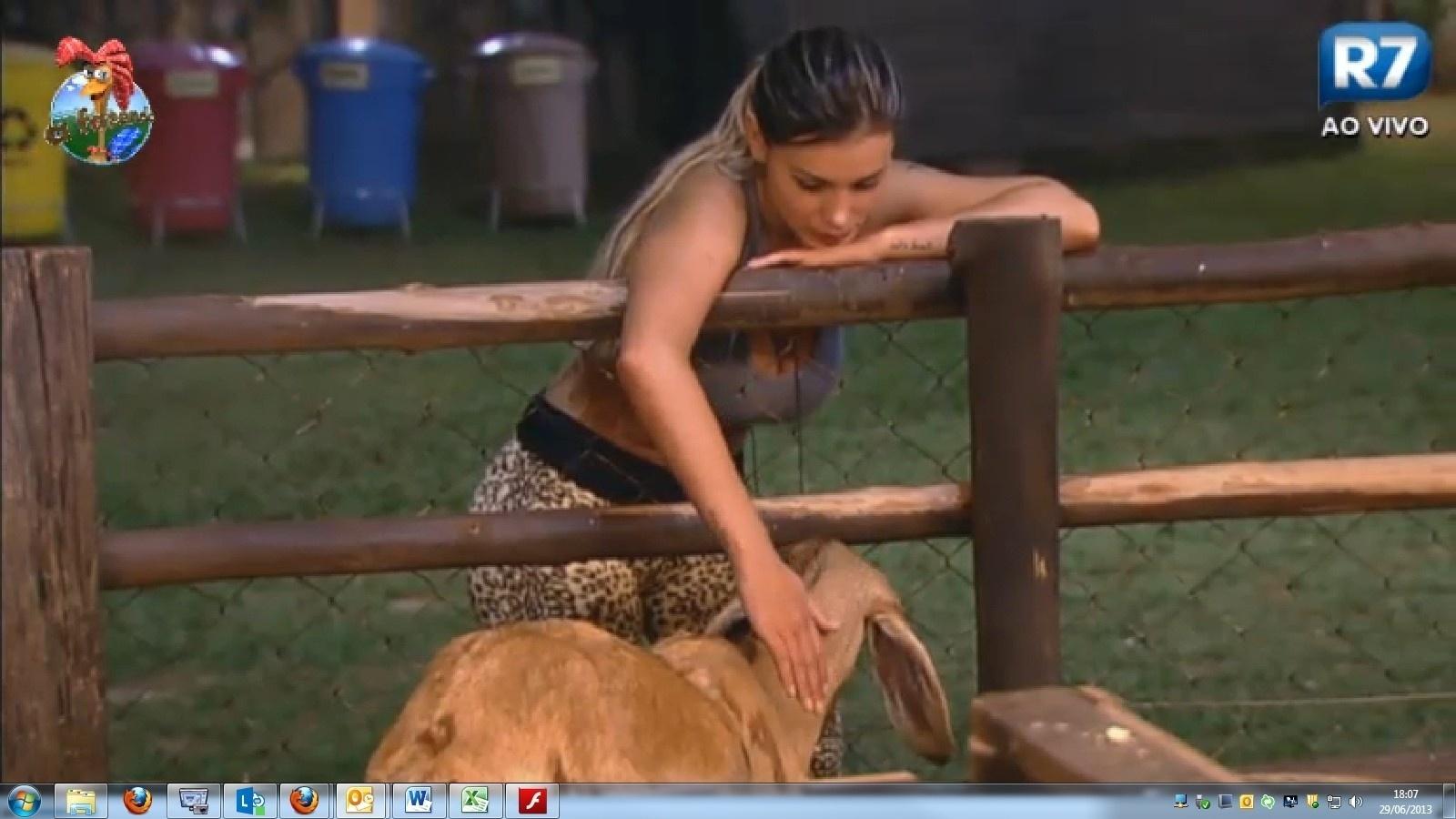 29.jun.2013 - Sozinha no curral, Andressa Urach chora e diz sentir saudades da família