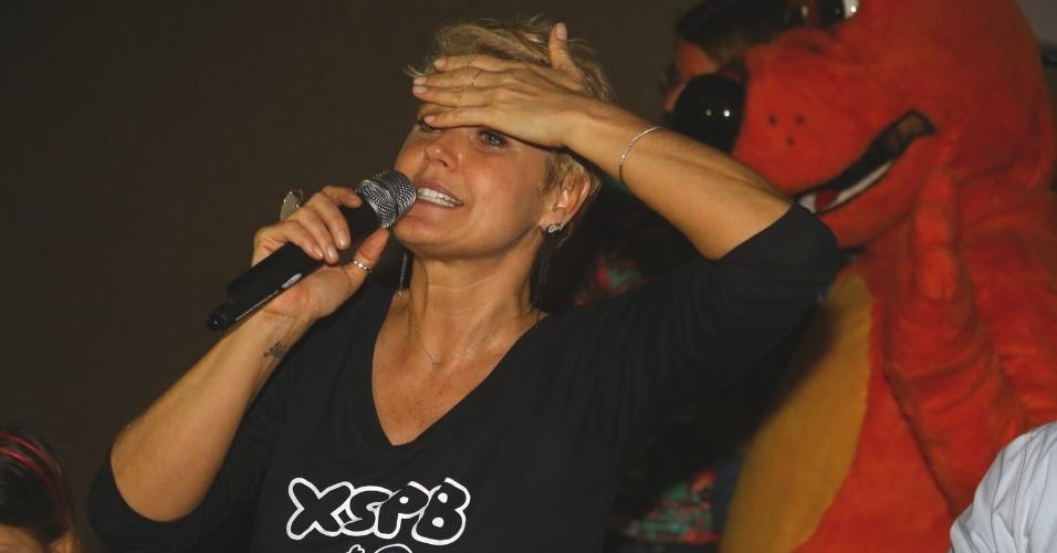 """29.jun.2013 - Xuxa lança seu novo DVD, """"Só Para Baixinhos 12"""" e fala com os convidados antes de sessão no Rio"""