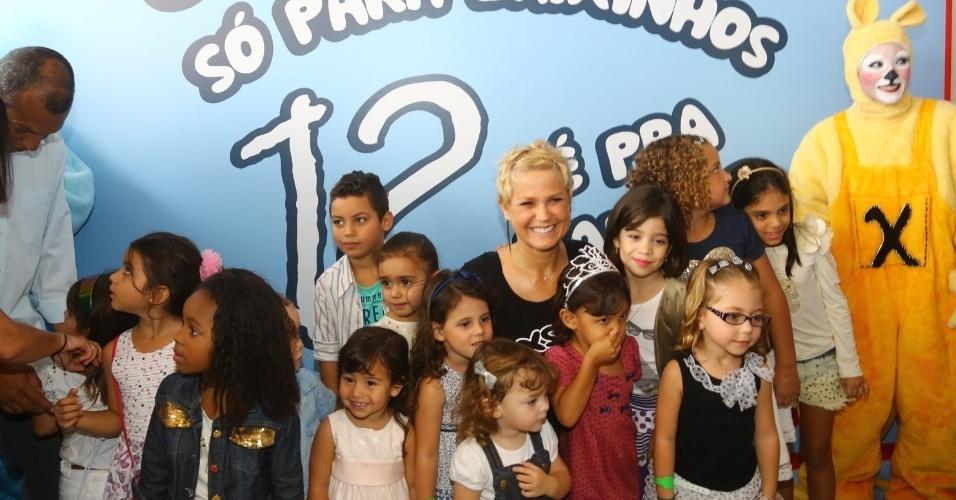 """29.jun.2013 - Xuxa lança seu novo DVD, """"Só Para Baixinhos 12"""" e posa para fotos com crianças no Rio"""