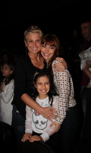 """29.jun.2013 - Xuxa posa para fotos com a atriz Simone Soares durante lançamento de seu novo DVD, """"Só Para Baixinhos 12"""", no Rio"""