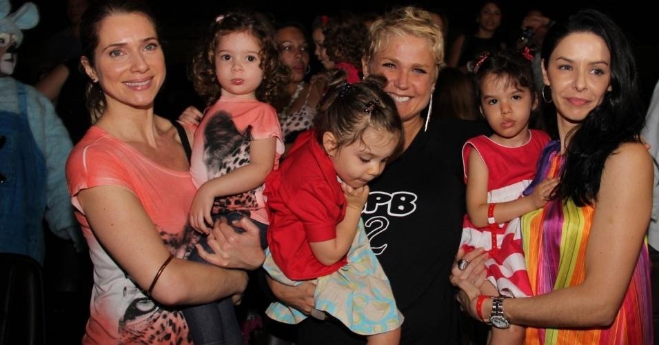 """29.jun.2013 - Xuxa posa para fotos com as ex-paquitas: as atrizes Letícia Spiller (à esq) e Bianca Rinaldi, durante lançamento de seu novo DVD, """"Só Para Baixinhos 12"""", no Rio"""