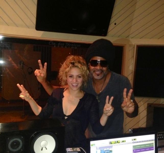 Carlinhos Brown e Shakira posam juntos em estúdio