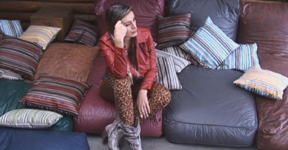 30.jun.2013 - Andressa Urach se mostra pensativa na manhã seguinte à formação da roça
