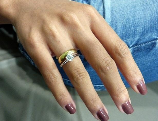30.jun.2013 - Carol Nakumura exibe anel de noivado que ganhou do ator Sidney Sampaio