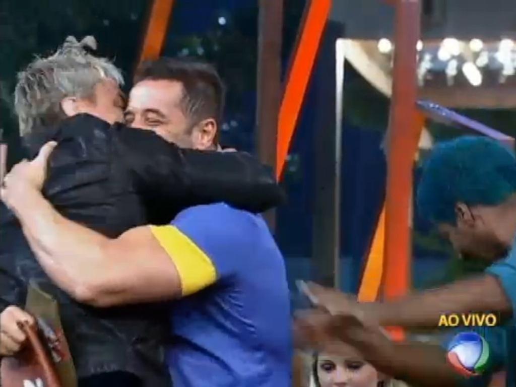 29.jun.2013 - Marcos Oliver comemorou imunidade abraçando Paulo Nunes