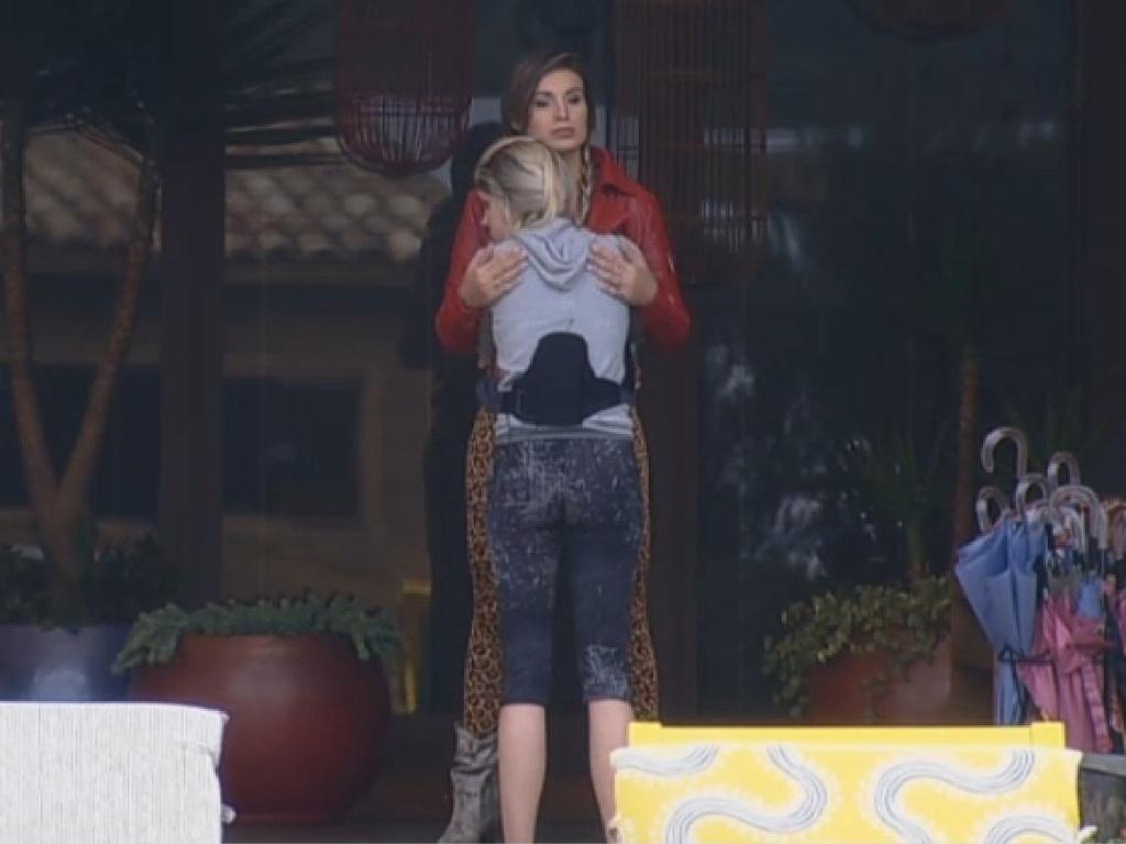 30.jun.2013 - Na roça, Andressa Urach abraça Bárbara Evans na manhã deste domingo