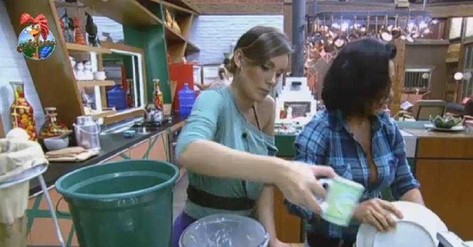 30.jun.2013 - Peões improvisam na hora do jantar e usam balde d?água para lavar louça