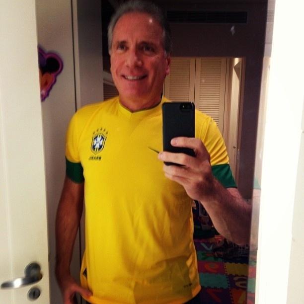 30.jun.2013 - Roberto Justus publica foto vestindo a camisa da seleção brasileira