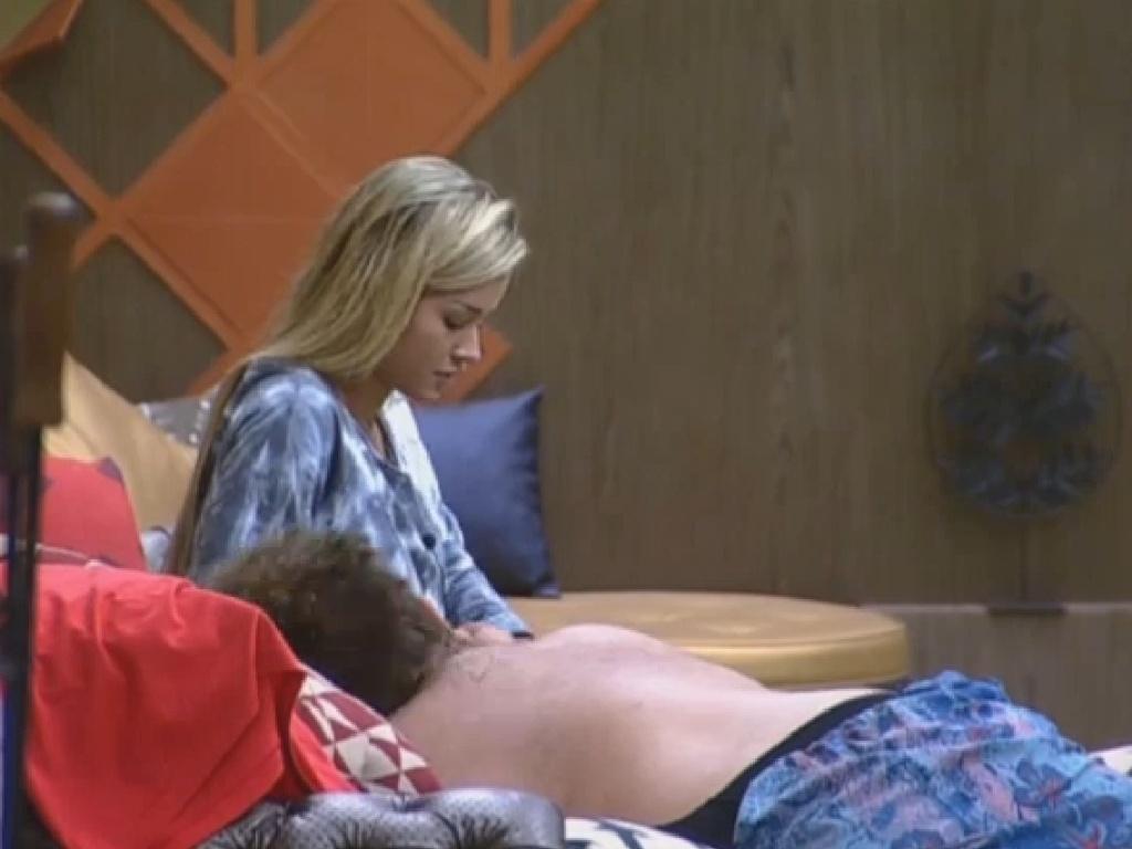 01.jul.2013 - Aryane faz massagem em Gominho