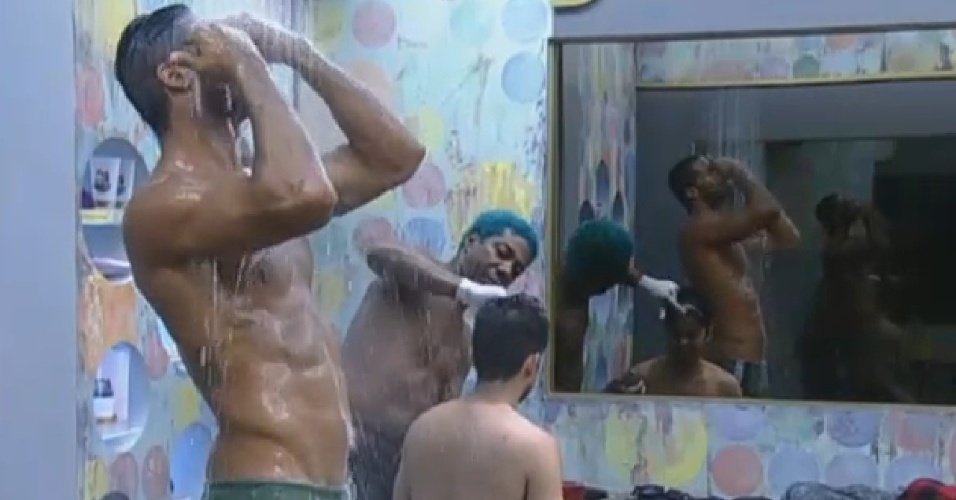 01.jul.2013 - Beto toma banho, enquanto Ivo descolore mecha de cabelo de Yudi