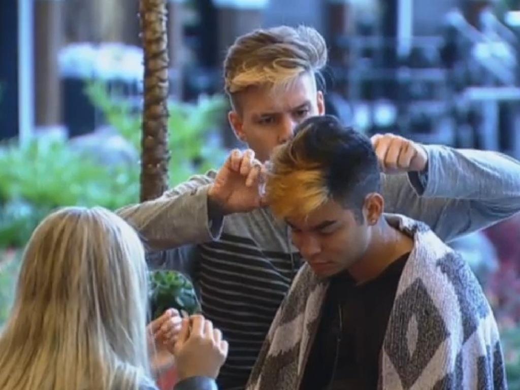 01.jul.2013 - Mateus corta cabelo de Yudi